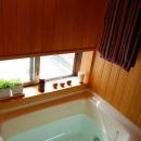 天井と壁がヒノキのバスルーム