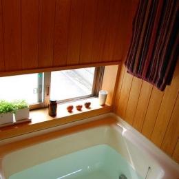 大和町の家 (天井と壁がヒノキのバスルーム)