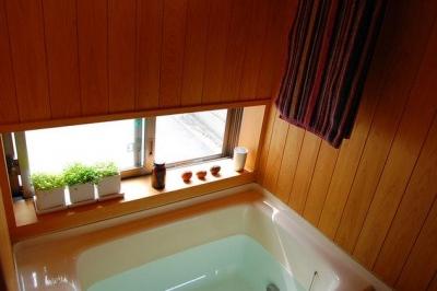 天井と壁がヒノキのバスルーム (大和町の家)