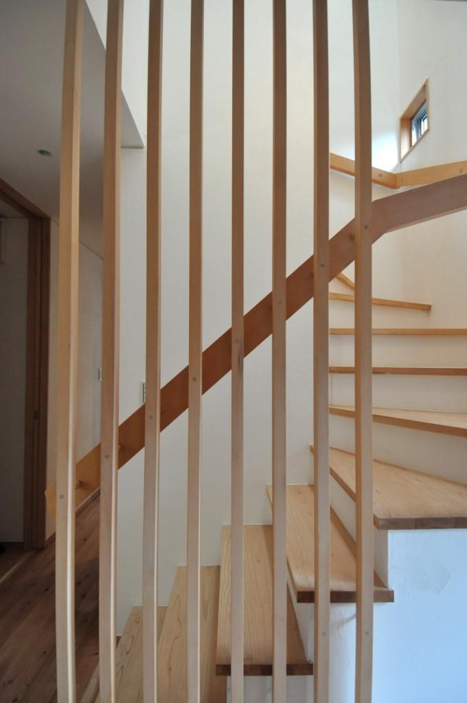 庭を囲む2世帯住居の写真 階段室手摺り