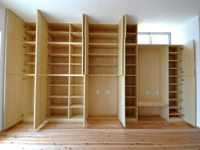家事室を持つ家 (リビング収納棚)