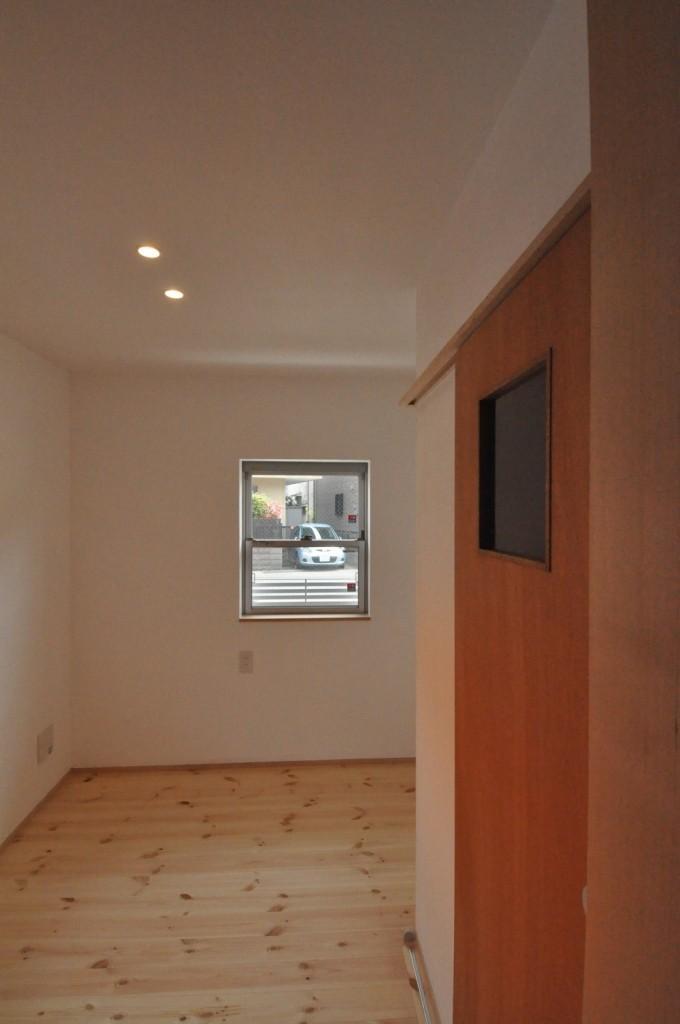 バリアフリー3世帯住居の写真 漆喰壁居室・木製建具(柿渋塗装)