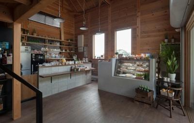 資材置き場をリノベーションしたケーキ屋さん (Hapshuu Cake & Cafe|材木倉庫を転用したケーキ屋さん【奈良県五條市】)