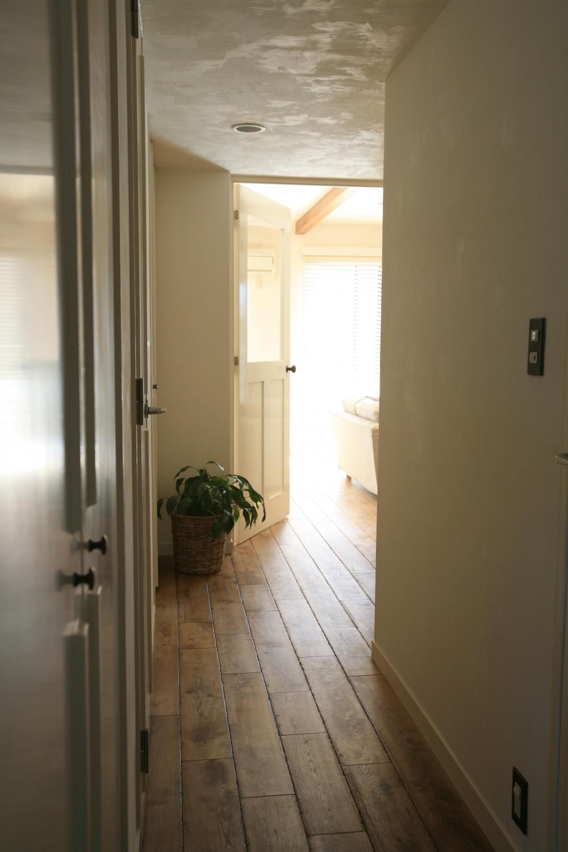 O邸 (廊下からリビングへ)