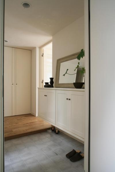 白と木のナチュラルな玄関 (O邸)