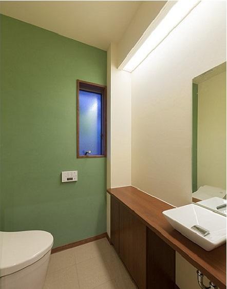 春日の家の部屋 アクセントカラーの落ち着いたトイレ