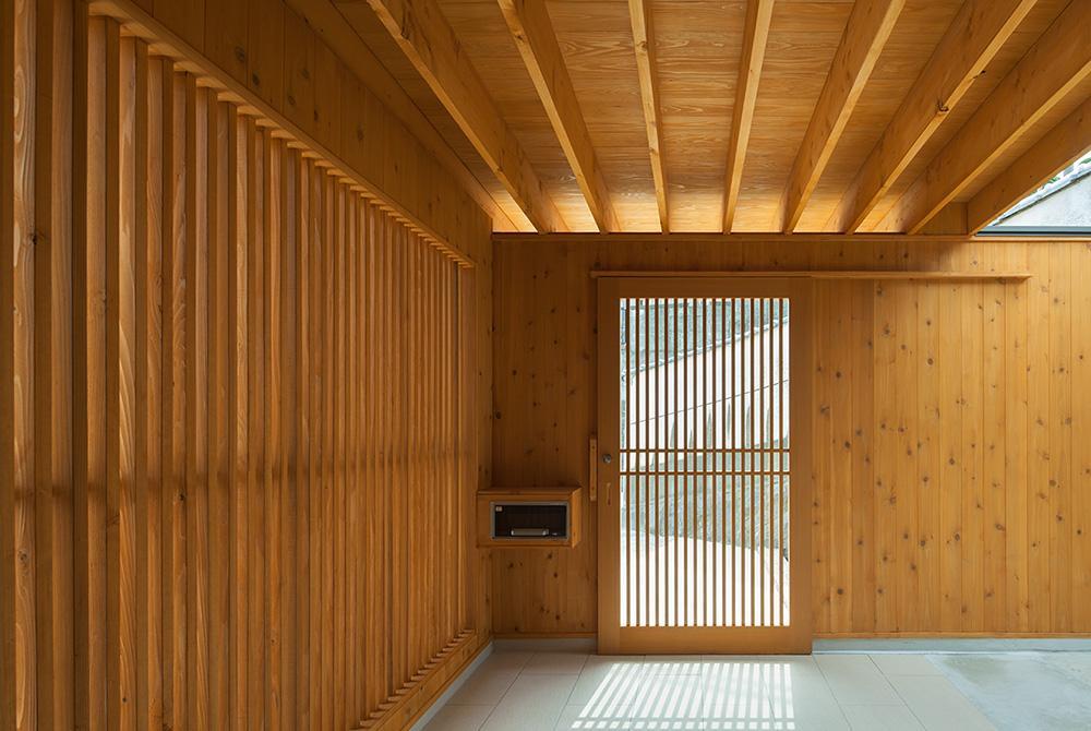 龍田町の家の写真 光が差し込む玄関