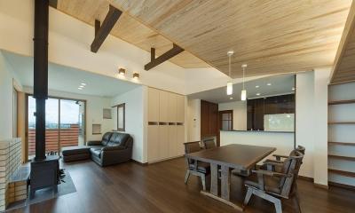収納たっぷりなダイニングキッチン|龍田町の家