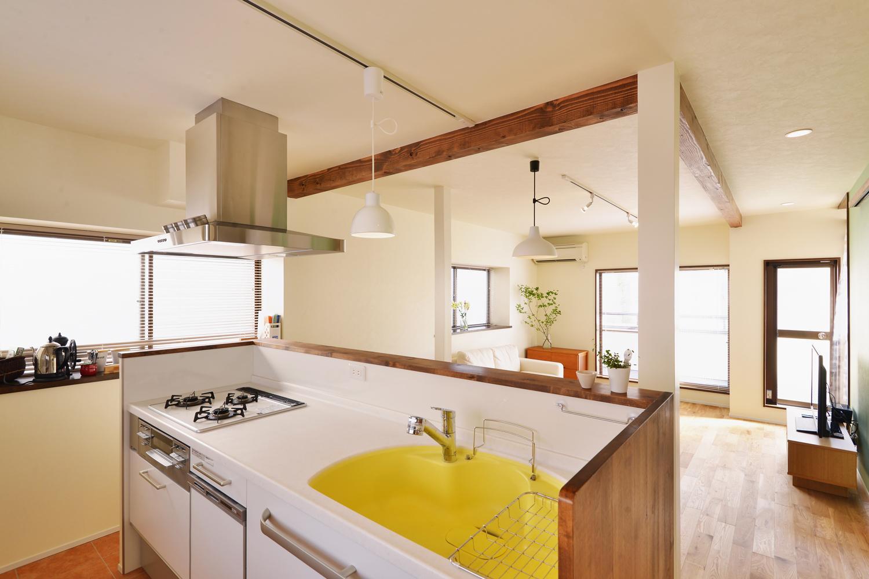 a邸・リビングをベストポジションにして、すがすがしく、片付けやすく・・・。の写真 リビングダイニングにつながるオープンキッチン