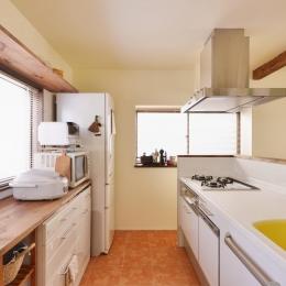 a邸・リビングをベストポジションにして、すがすがしく、片付けやすく・・・。 (ゆったり作業のできる幅広造作カウンター)