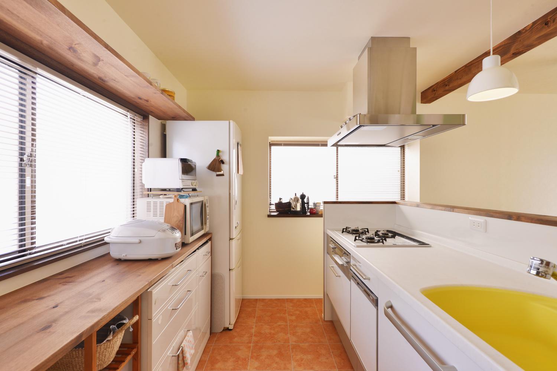 a邸・リビングをベストポジションにして、すがすがしく、片付けやすく・・・。の写真 ゆったり作業のできる幅広造作カウンター