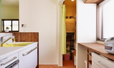 a邸・リビングをベストポジションにして、すがすがしく、片付けやすく・・・。 (キッチン横のパントリー)