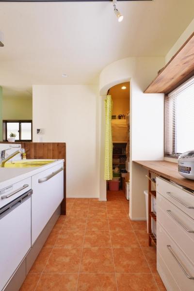 キッチン横のパントリー (a邸・リビングをベストポジションにして、すがすがしく、片付けやすく・・・。)