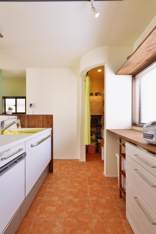 a邸・リビングをベストポジションにして、すがすがしく、片付けやすく・・・。の写真 キッチン横のパントリー
