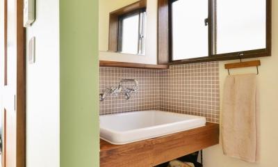 a邸・リビングをベストポジションにして、すがすがしく、片付けやすく・・・。 (2階 洗面スペース)
