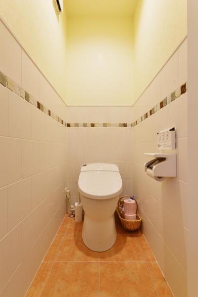 2階トイレ (a邸・リビングをベストポジションにして、すがすがしく、片付けやすく・・・。)