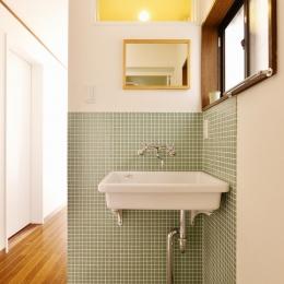 a邸・リビングをベストポジションにして、すがすがしく、片付けやすく・・・。 (1階 洗面スペース)