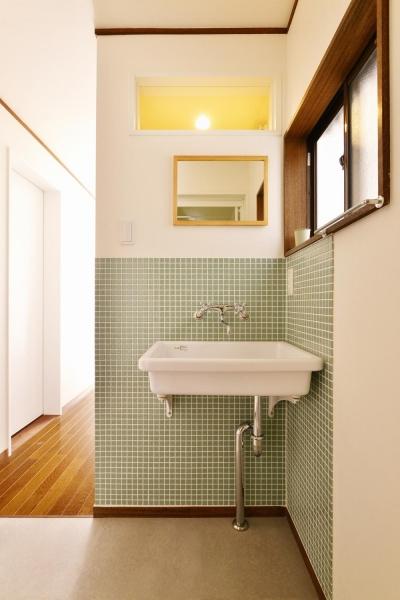 1階 洗面スペース (a邸・リビングをベストポジションにして、すがすがしく、片付けやすく・・・。)