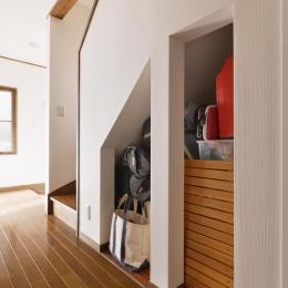 a邸・リビングをベストポジションにして、すがすがしく、片付けやすく・・・。 (階段下収納)