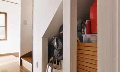 階段下収納|a邸・リビングをベストポジションにして、すがすがしく、片付けやすく・・・。