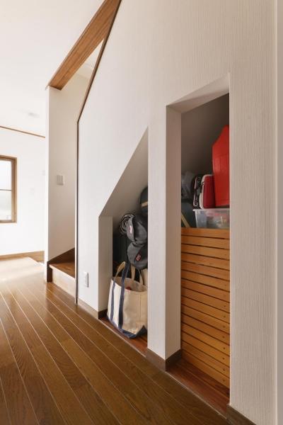 階段下収納 (a邸・リビングをベストポジションにして、すがすがしく、片付けやすく・・・。)