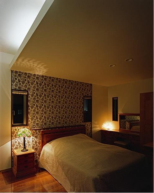 小川町の家の部屋 ライトの影で素敵な寝室に