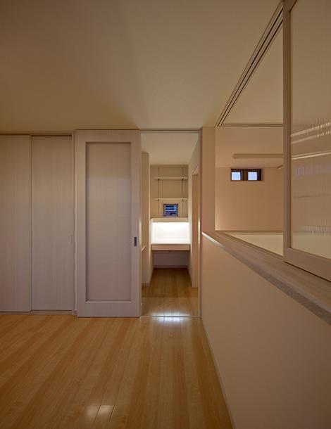 ベッドルーム事例:リビングと会話ができる洋室(幾久富の家)