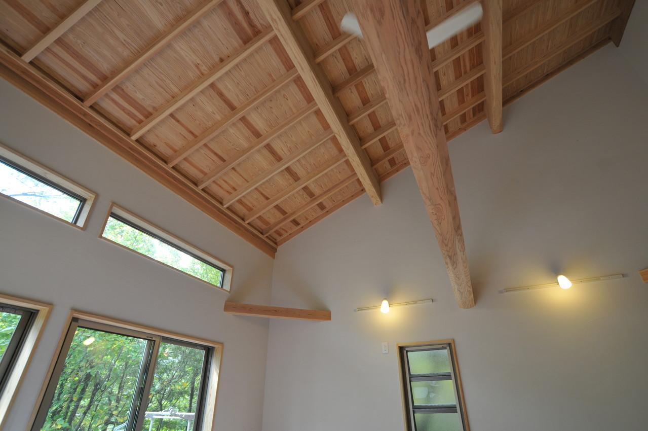 霧島市牧園町 H邸の部屋 木の質感を感じれるむき出しの梁