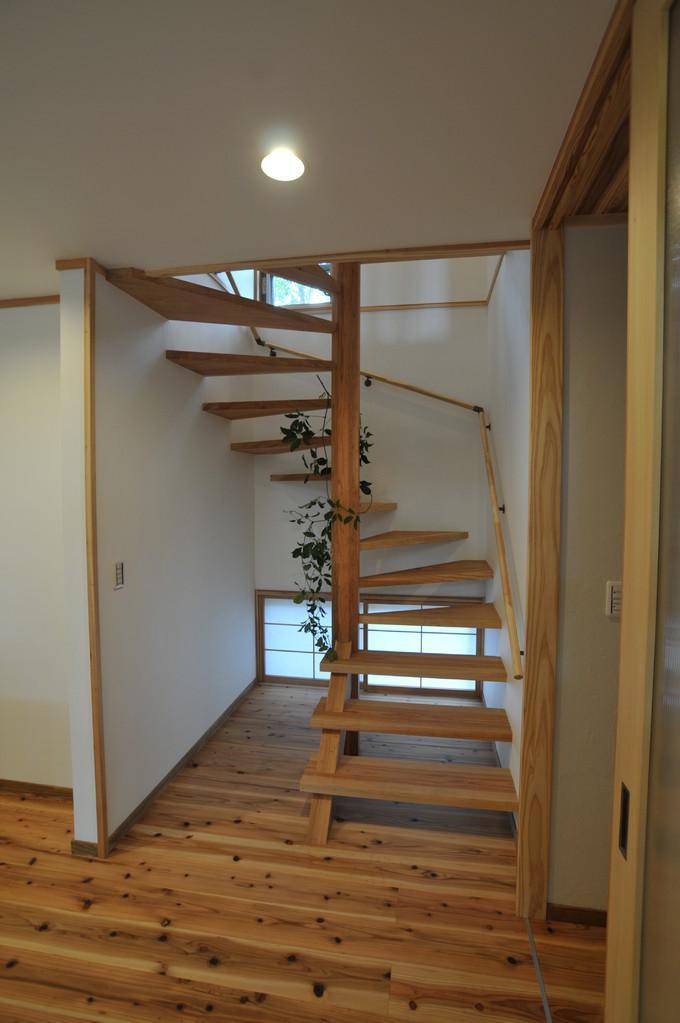 霧島市牧園町 H邸の部屋 地窓のある木製螺旋階段