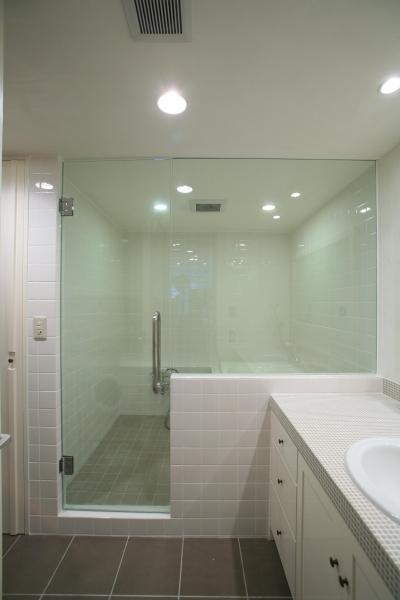 ガラス貼りの開放的なバスルーム (O邸)