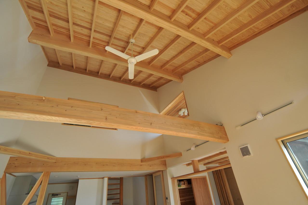 霧島市牧園町 H邸の部屋 木の質感を感じれる天井とシーリングファン