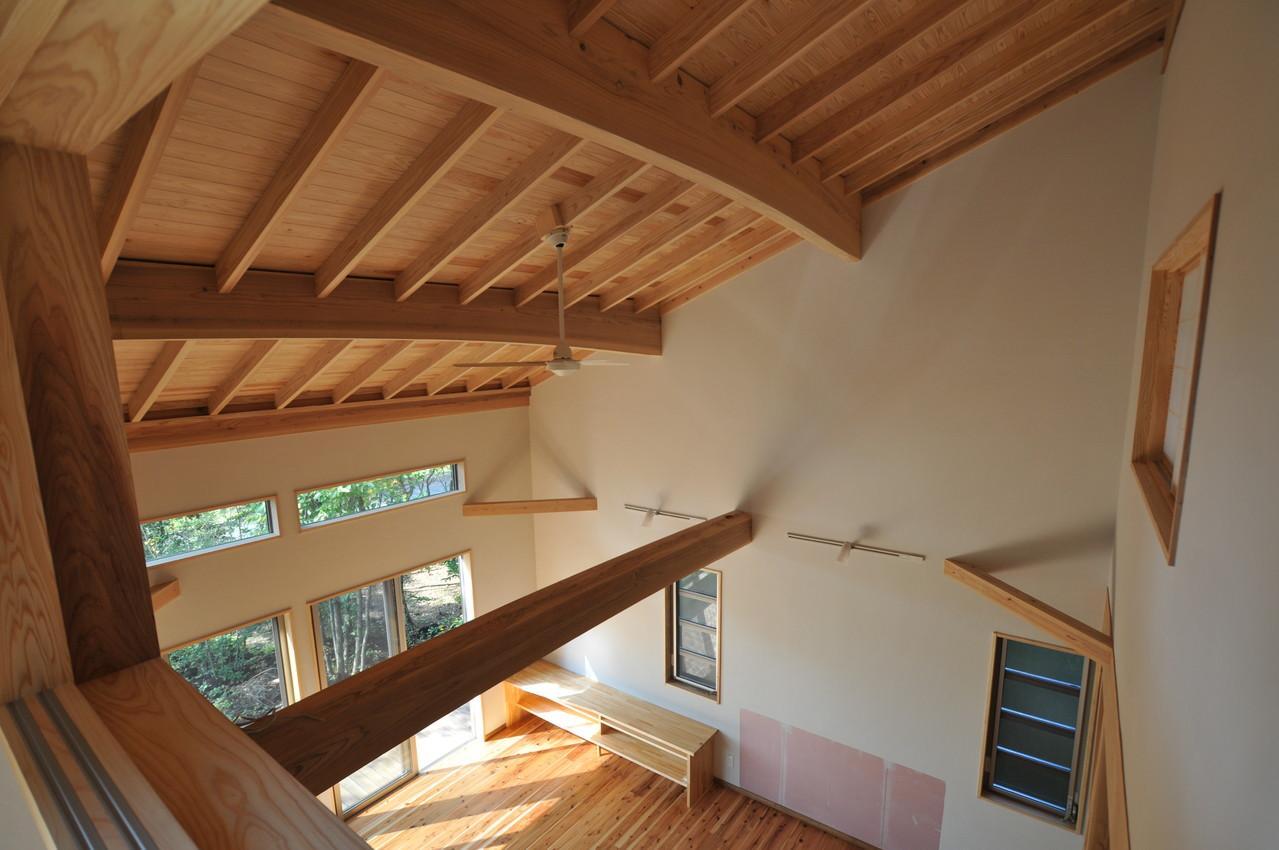 霧島市牧園町 H邸の部屋 室内窓のある部屋から1階を見下ろす