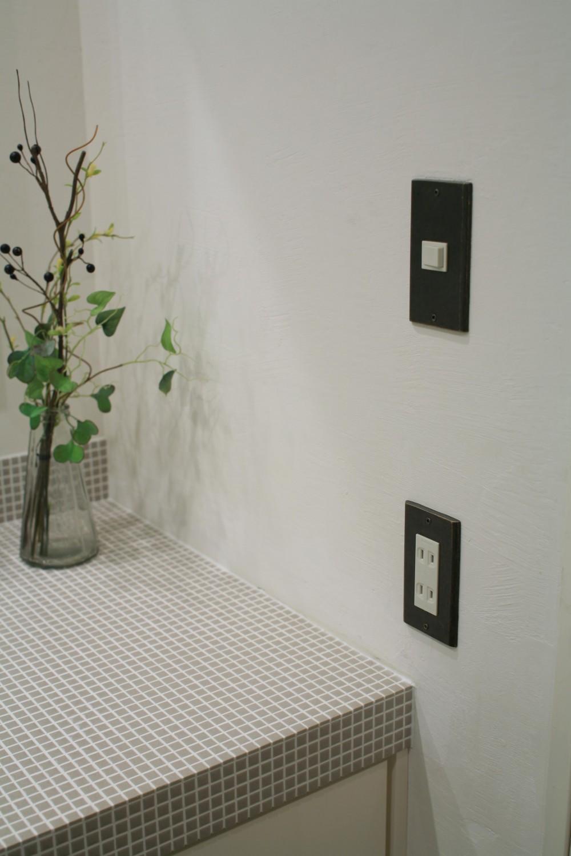 O邸 (漆喰の壁に映える黒いスイッチカバー)