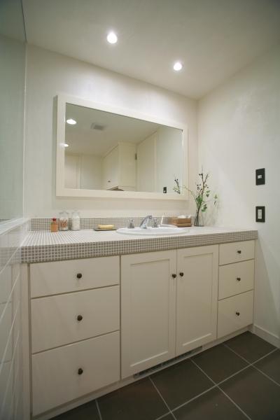 ホワイト&グレーの爽やかな洗面台 (O邸)