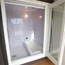 北諸県郡三股町 F邸の写真 バルコニーを設けたタイル張りバスルーム