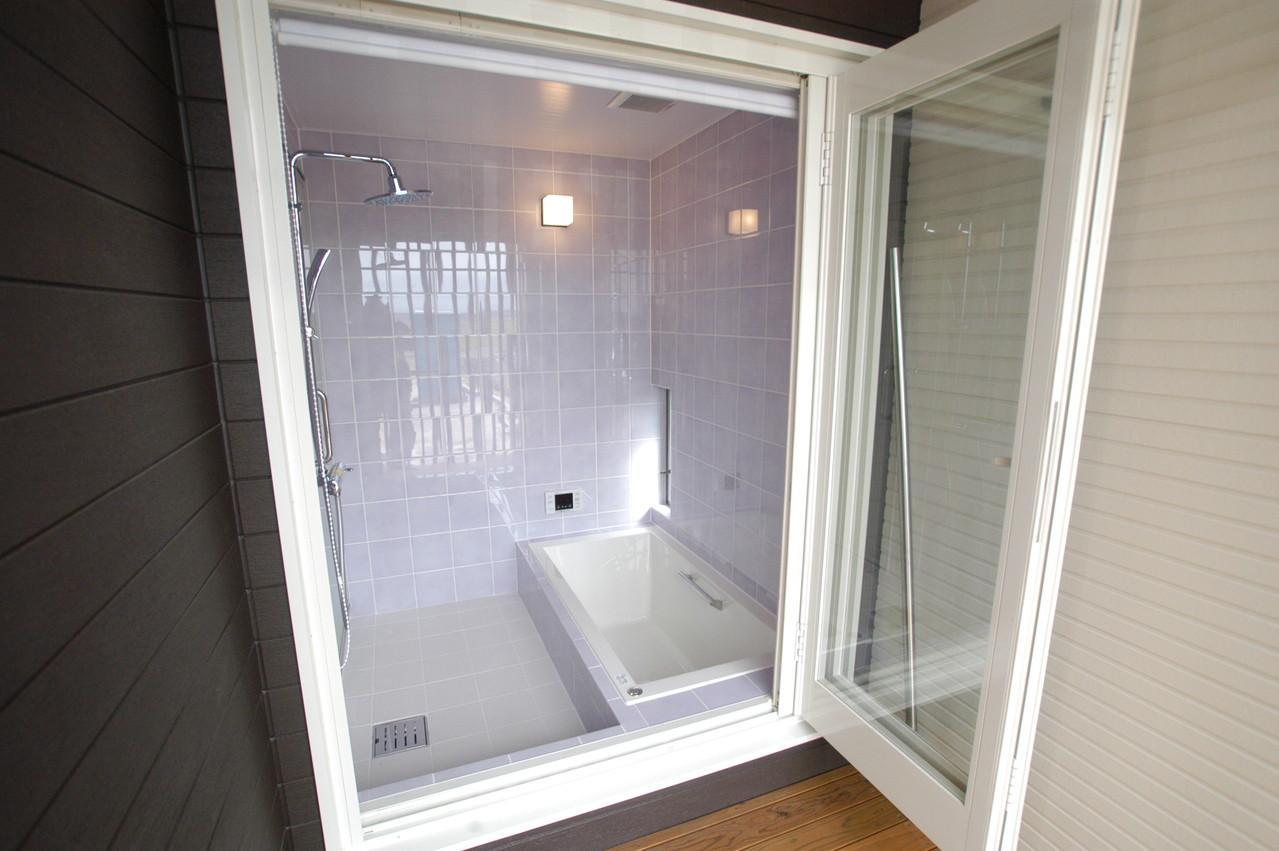 北諸県郡三股町 F邸の部屋 バルコニーを設けたタイル張りバスルーム
