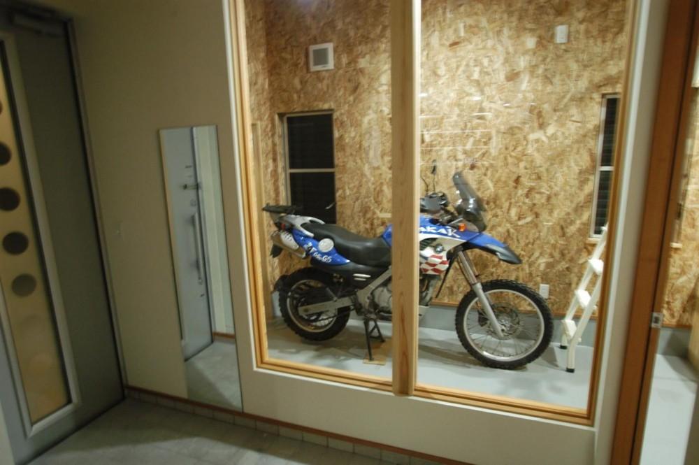北諸県郡三股町 F邸 (バイクガレージと繋がりのある玄関)