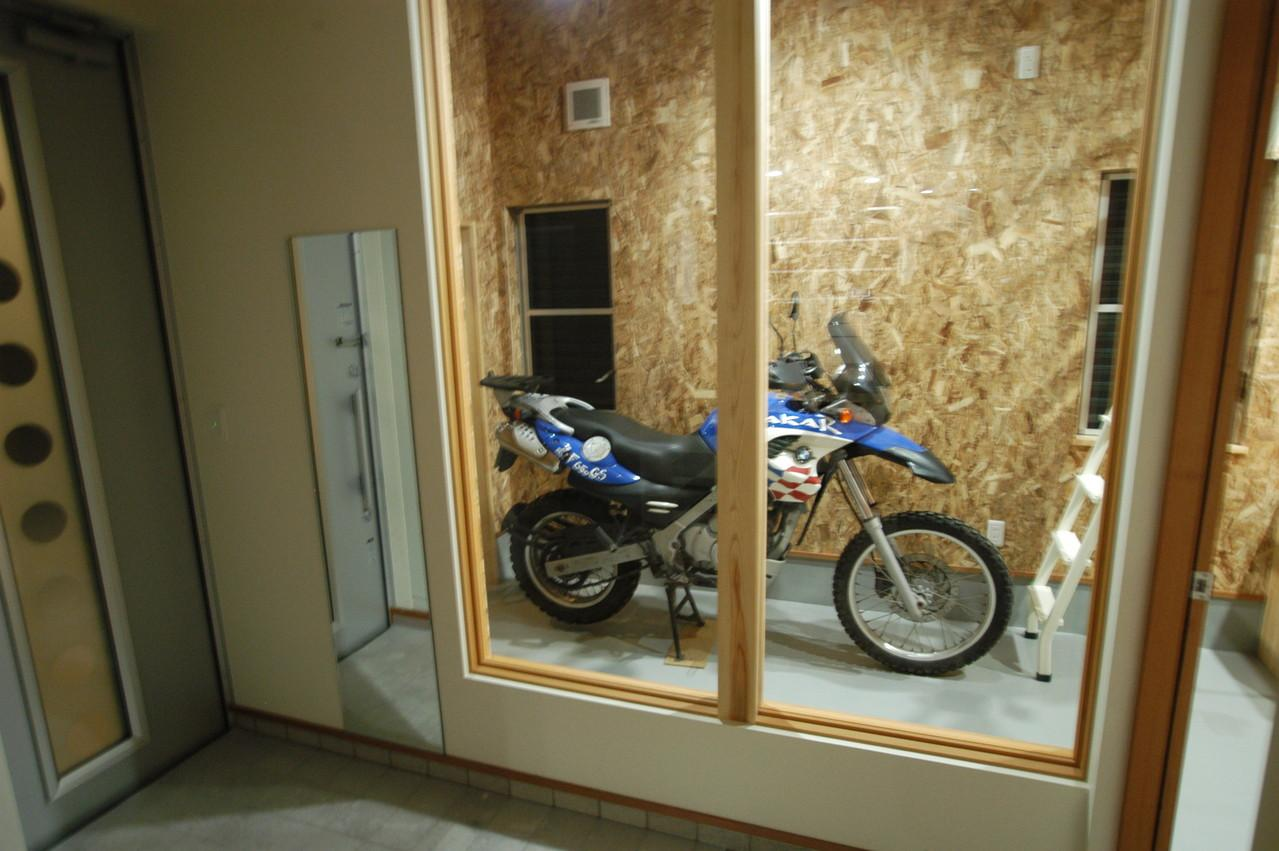 北諸県郡三股町 F邸の部屋 バイクガレージと繋がりのある玄関