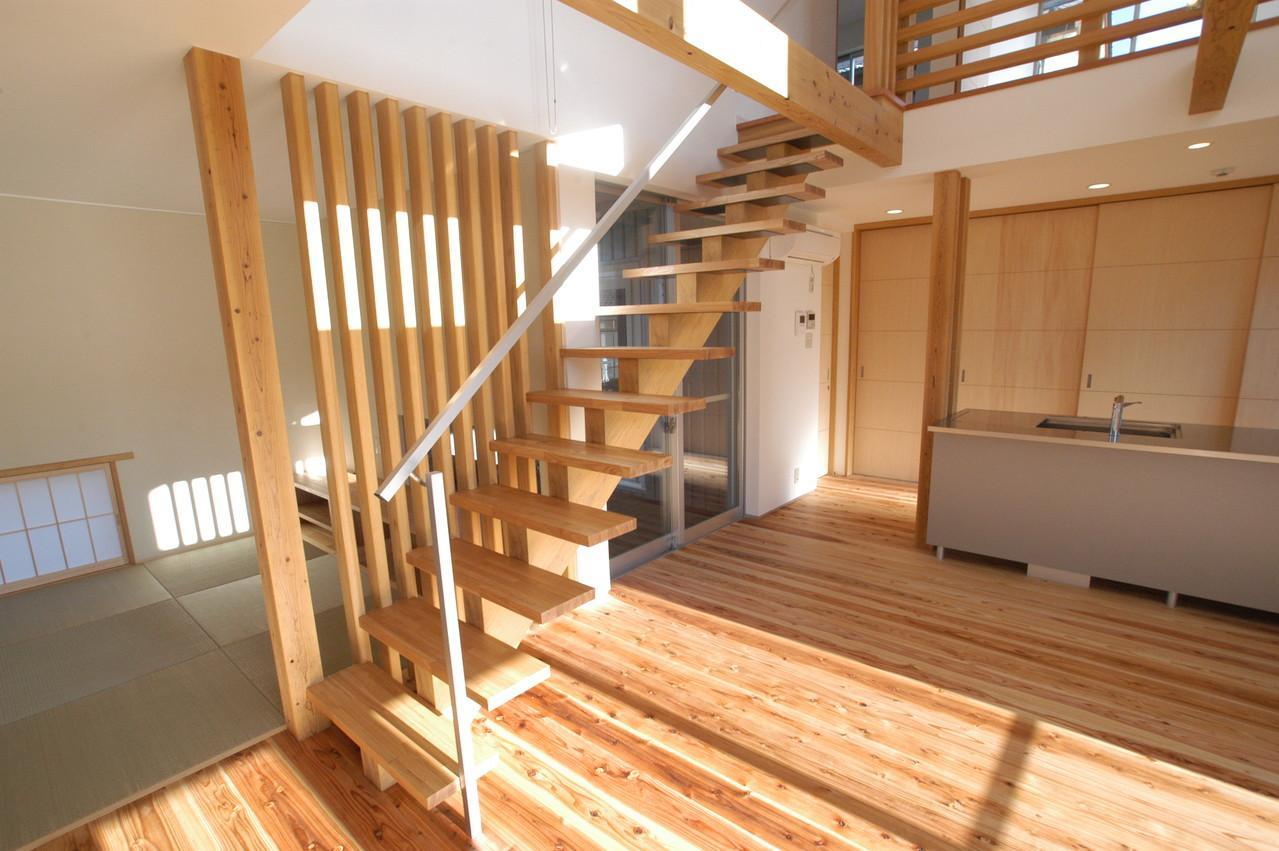 都城市 D邸の部屋 吹き抜けへと続くリビング階段