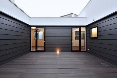 ロの字プランの中庭 (HOUSE M 『ガレージハウス × 中庭のある平屋』)