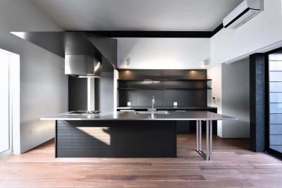 ダイニングキッチン (HOUSE M 『ガレージハウス × 中庭のある平屋』)