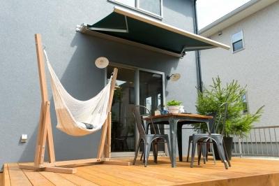 合理的でありながらレトロな雰囲気が漂う大人の空間。 (ガーデンオーニングを備えたウッドデッキの庭)
