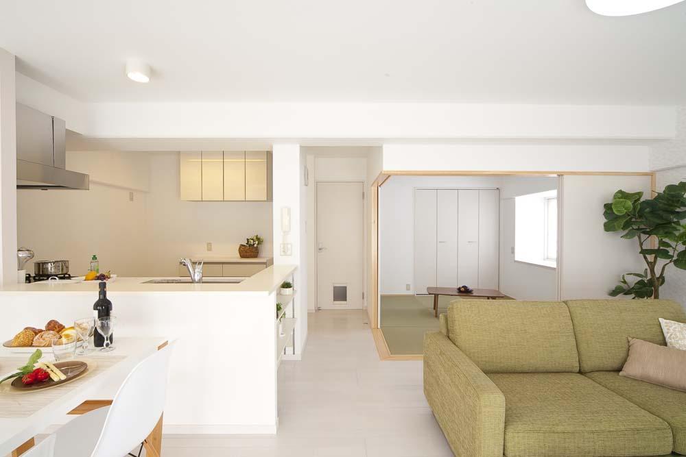 ライフスタイルを充実させた、間取り変更リノベーションの部屋 明るく柔らかな空間