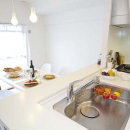 オープンにした対面キッチン (ライフスタイルを充実させた、間取り変更リノベーション)