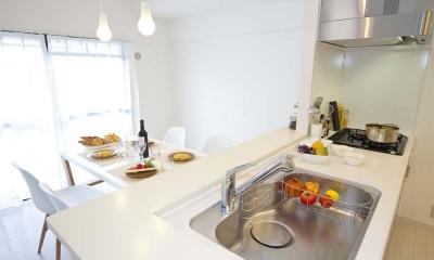 ライフスタイルを充実させた、間取り変更リノベーション (オープンにした対面キッチン)