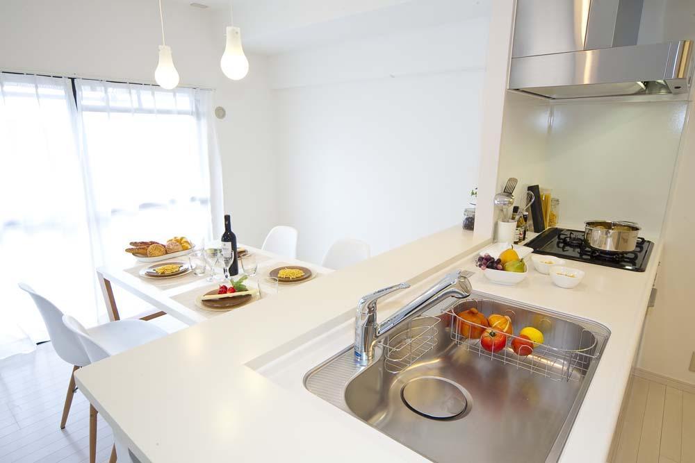 ライフスタイルを充実させた、間取り変更リノベーションの部屋 オープンにした対面キッチン