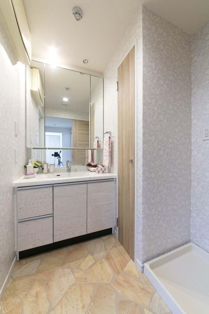 女性の憧れ!フレンチスタイルが叶う家の部屋 上品で清潔感のある洗面スペース