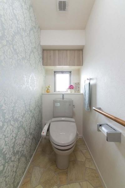 アクセントクロスを採用したトイレ (女性の憧れ!フレンチスタイルが叶う家)