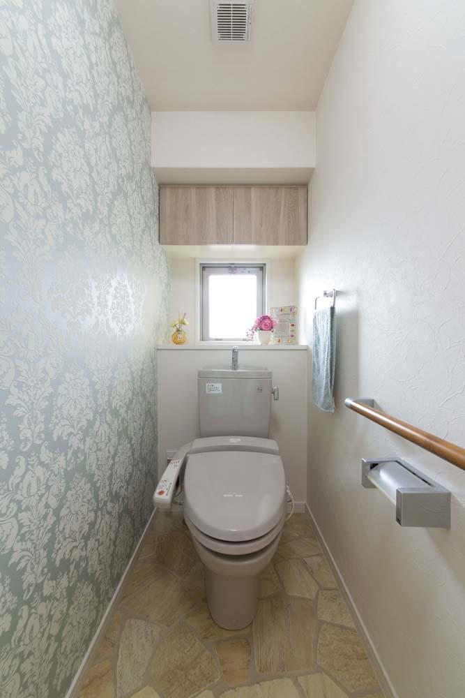 女性の憧れ!フレンチスタイルが叶う家の部屋 アクセントクロスを採用したトイレ