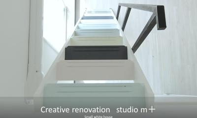 小さな白い家 「太陽がキッチンに降り注ぐ家」 (ロフトへ続くシンプルな階段)